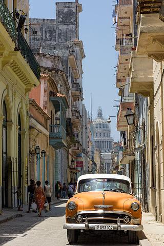 Pitoreskes Kuba - Typische Straße in Havana mit Oldtimer