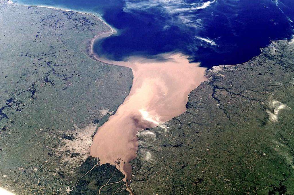 Der Rio Paraguay bildet vereint mit dem Río Paraná und dem Río Uruguay den großen Mündungstrichter Río de la Plata, gut zu erkennen an der erdigen Farbe, die von Sand verursacht wird