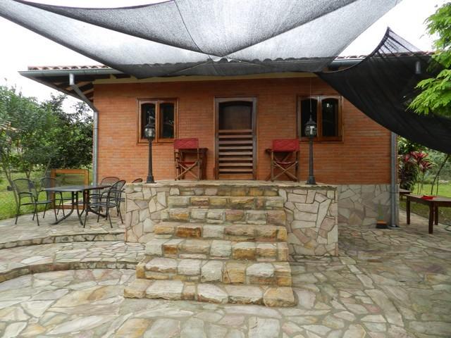 Mietshaus im tropischen Garten in Nueva Colombia